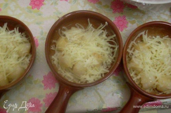 Выложить в кокотницы слоями сыр, гребешки, сыр. Залить сливками с растворенным плавленым сыром.