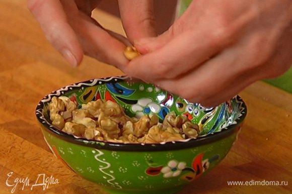 Орехи поломать на крупные кусочки.