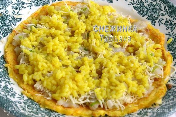 Чтобы сделать блинчик с рыбной начинкой, сначала кладём на него рыбу с овощами, сверху – рис и сыр.