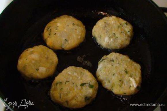 Из картофельно-капустной смеси мокрыми руками cформировать котлетки и обжарить на растительном масле с обеих сторон до золотистой корочки.