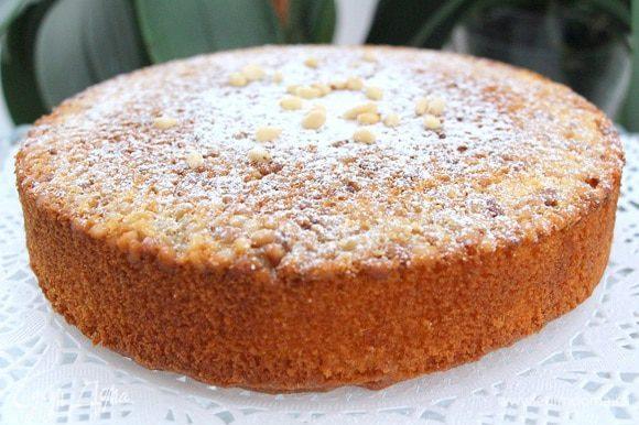 Даем остыть пирогу и переворачиваем его на блюдо, чтобы орешки оказались вверху.