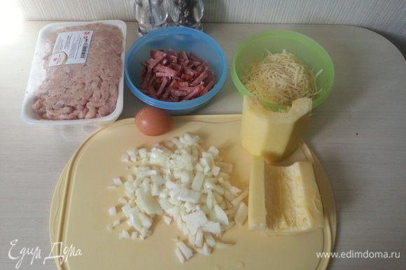 Подготавливаем продукты: колбасу режем соломкой, сыр натираем на крупной терке, лук режем кубиком.