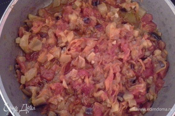 Кладем в сковороду масло, лук, морковь, перец и обжариваем 5 мин. Затем добавляем цукини и баклажан, помешивая обжариваем 7 мин. После чего накрываем крышкой и тушим 20 мин. По истечении времени кладем помидоры и тушим еще 20 мин, в конце добавляем чеснок. Немного солим и можно добавить прованские травы, в моей семье их не любят, поэтому я не ложила.