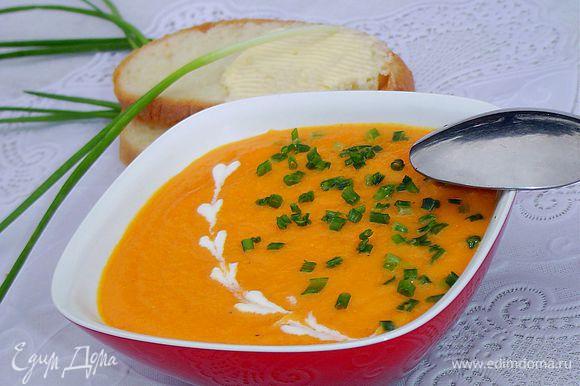 Зеленый лук измельчаем. Суп разливаем по тарелкам, добавляем измельченный зеленый лук и наслаждаемся!