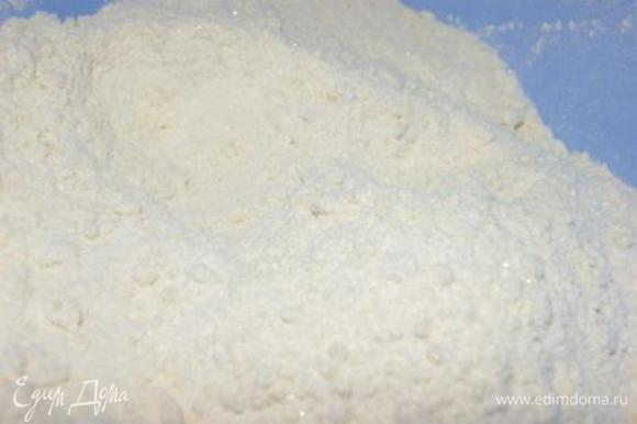 Соединить сухие ингредиенты: белый шоколад, мука, сахар, разрыхлитель.