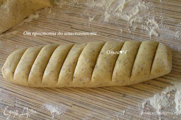 Из полученного теста сформировать 2 жгута, каждый надрезать на порционные кусочки толщиной 1-1,5 см.