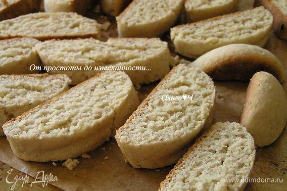 Переложить печенье на противень и выпекать еще 10 минут до румяности.