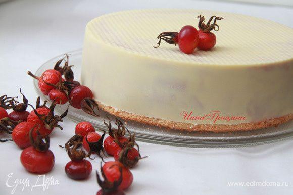 Торт убрать в холодильник, лучше до следующего дня, чтобы резкая разморозка не повредила торту. Угощайтесь!