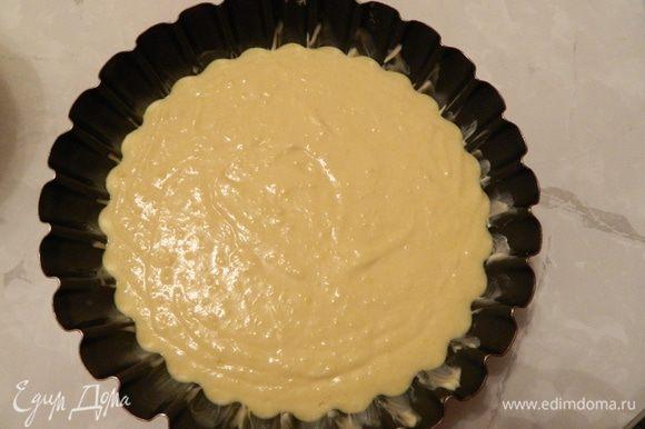 Форму для выпечки смазать маслом, вылить тесто и отправить в разогретую духовку. Выпекать 40 минут.