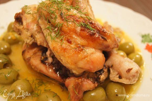 На большое блюдо вылить соус, на верх выложить готовые кусочки цыпленка, украсить рубленой зеленью. Очень хорошо дополняет овощной салат из капусты, огурцов, перца и лука, заправленный оливковым маслом, винным уксусом и апельсиновым соком.