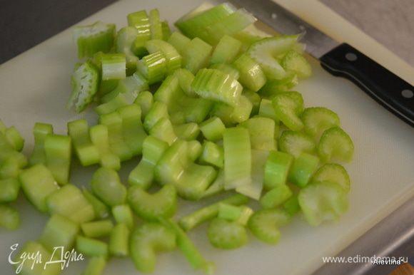Порежем овощи. Сложим в слоукукер, в мультиварку или в кастрюлю с толстым дном как жаровня.