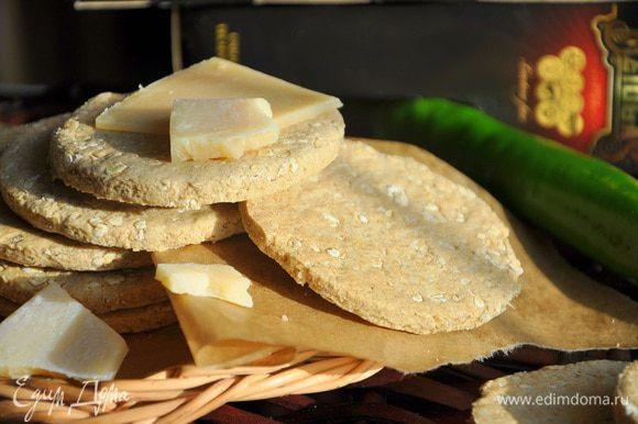 Выпекать примерно 20 минут. Дать остыть и подавать с сыром Джюгас, в сочетании сливочное масло + сыр, мед+ сыр, или любые лругие добавки на ваш вкус! Приятного аппетита!