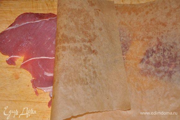 Накрыв эскалопы пекарской бумагой, отбить их до толщины 3 мм, разогреть масло на сковороде и подрумянить с каждой стороны по 1 минуте, переложить на тарелку.