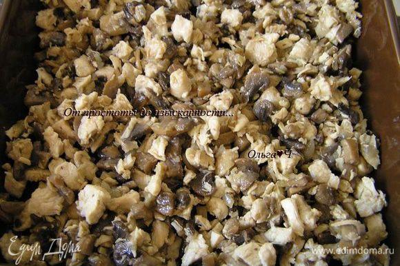 На растительном масле обжарить мелко нарезанный лук и грибы, посолить, поперчить. Отварить куриное филе до готовности и мелко нарезать. Смешать грибы и куриное филе, выложить в смазанную маслом форму для запекания.