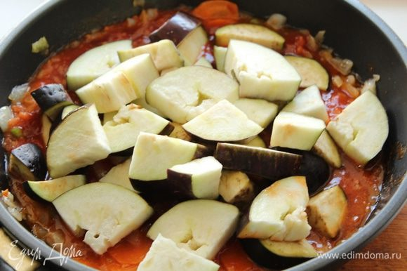 Добавить порезанные баклажаны и все хорошо перемешать. Добавить бальзамический уксус, чеснок, травы, соль, перец, все хорошо перемешать, и тушить помешивая.