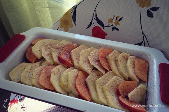 Верхний слой яблоки и нектарины дольками...тоже присыпаем сахаром и корицей...