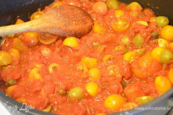 Добавляем подготовленные томаты, каперсы и оливки в сотейник, перемешиваем. Добавляем базилик, солим и перчим. тушим примерно 10-15 минут.