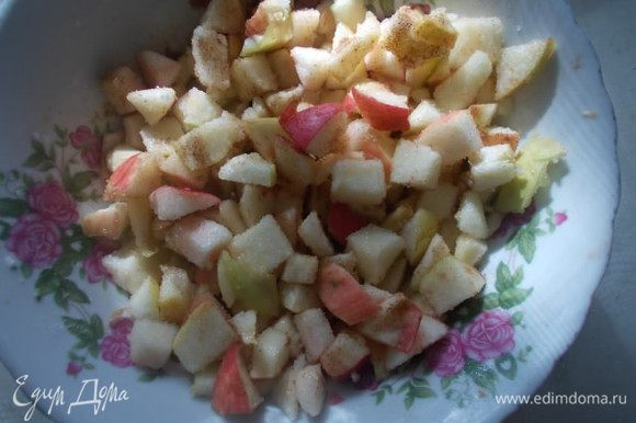 Тем временем, порежем яблоки мелким кубиком. Добавим сахар,корицу и ваниль( Права была Танюша(Солоха) аромат потрясающий при запекании) Перемешиваем и оставляем в стороне.