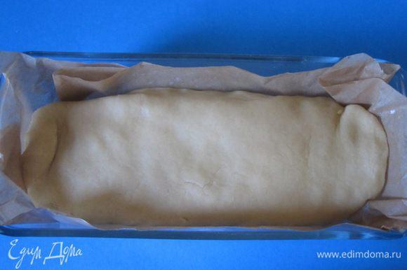 Накрыть начинку тестом. Придать пирогу форму батона, защипать края. В форму выложить бумагу для выпечки. Аккуратно переложить пирог в форму. Сверху смазать слегка взбитым яйцом. Выпекать 30-35 минут при 180 С. Можно взять прямоугольную форму большего размера.