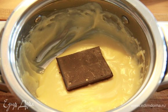 Делим крем на две равные части. В одну часть крема добавляем шоколад.