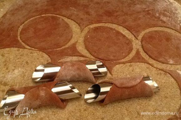 Металлически трубочки обматываем кружочками.