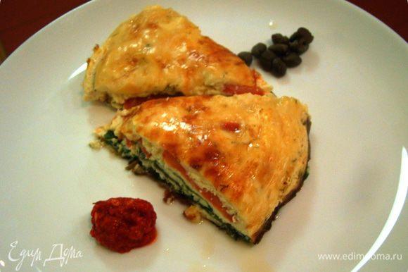 Накрыть все оставшимся сыром, запекать в духовке 20-25 минут на достаточно высокой температуре. Перевернуть готовый омлет на блюдо, подавать с каперсами и острым соусом. Приятного аппетита!