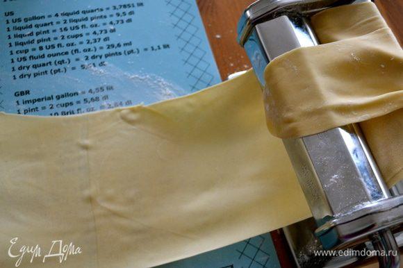 Теперь перейдем к приготовлению тальятелле. Я использую для этого машинку для изготовления пасты... Но, если у Вас такой нет - без паники! Раньше я тоже весь этот процесс проделывала вручную. Просто потребуется чуть больше затрат времени и энергии... ))))