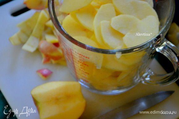 Яблоки очистим и тонко порежем. У меня сорт сладкий Фуджи.