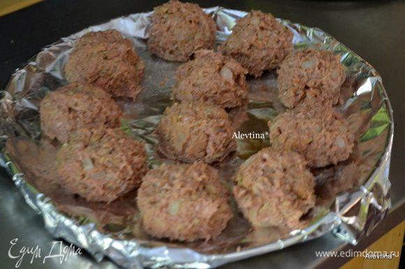 Смешать в емкости фарш, яйцо, добавить хлебную смесь, все хорошенько перемешать. Закрыть пленкой и поставить в холодильник на 30 мин. Разогреть духовку до 200°С. Противень покрыть фольгой. Смазать маслом. Сформировать шарики, по рецепту должны быть маленькими. Поставить в духовку и запекать до готовности. Маленькие 20 мин. Большие - время увеличить.