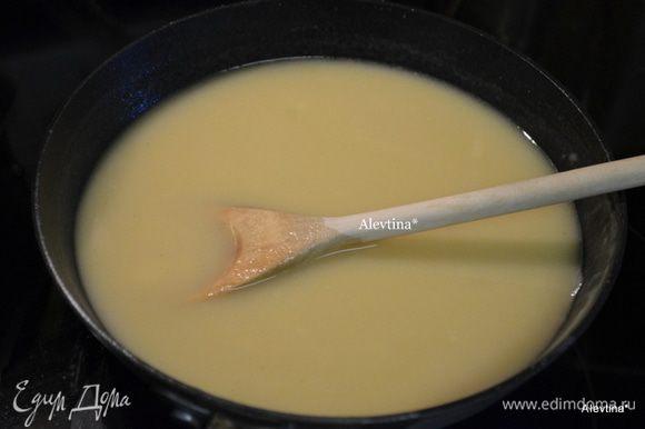 Приготовить соус: растопить сливочное масло, добавить муку. Обжаривать примерно 3 минуты. Добавить затем куриный бульон, вустерский соус. Помешивая, готовить 5 мин. Готовый соус можно процедить.