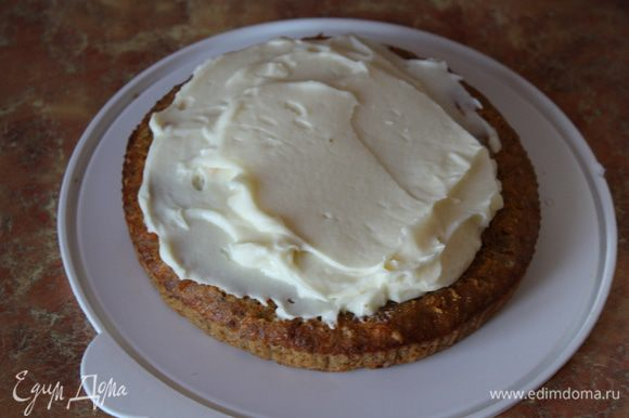 Начинаем сборку тортика. Каждый корж обильно смазываем кремом и кладем их друг на друга слегка прижимая. Обмазываем кремом и украшаем по желанию.