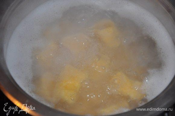 Вскипятить воду и отварить в ней ньокки, как только ньокки всплывут - они готовы! Это занимает 2-3 минуты. Добавить к еще горячим ньоккам сливочное масло, посыпать листиками тимьяна и аккуратно перемешать. Перед подачей посыпать тертым сыром. Приятного аппетита!