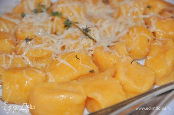 Добавить к еще горячим ньоккам сливочное масло, посыпать листиками тимьяна и аккуратно перемешать. Перед подачей посыпать тертым сыром. Приятного аппетита!