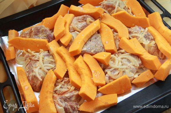 На противень, застеленный фольгой (потом легче мыть), выложить мясо с луком и соусом, между уложить тыкву. Кусочки тыквы сбрызнуть оливковым маслом.