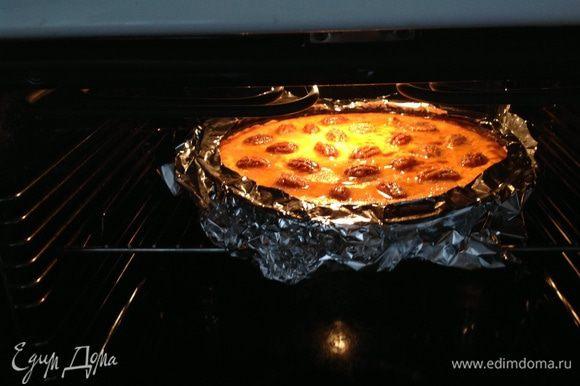 Смешать орехи, сахар и растоплегное масло...распределить по поверхности пирога. Закрыть края пирога по всей окружности лентой фольги и поставить под гриль на 2-3 минуты...расстояние 12 см до гриля.... Дать остыть!!!