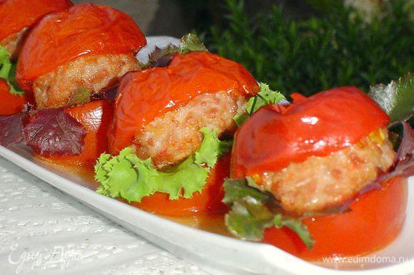 Запекаем при температуре 200 гр. 20-25 минут. При подаче удаляем зубочистки, добавляем листья салата. Употреблять гамбургеры необходимо в теплом виде. Приятного аппетита!