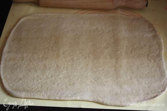 Тесто раскатать в прямоугольник толщиной около 1 см.