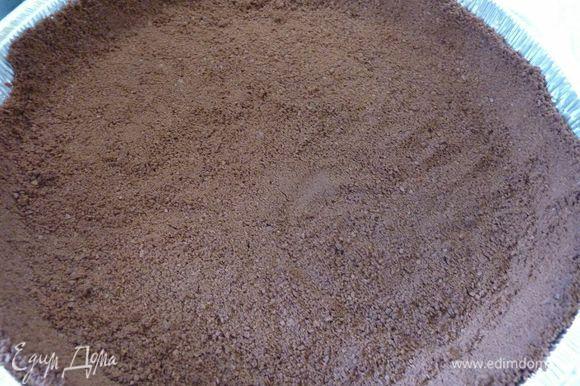 Утрамбовать печенья в круглую форму диаметром 23 см, сформировать бока стаканом, запечь минут 18, не пересушить, поставить остывать.