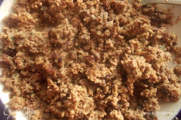Затем разогреть сковороду с небольшим количеством масла и обжарить наш фарш, до легкого, золотистого цвета.