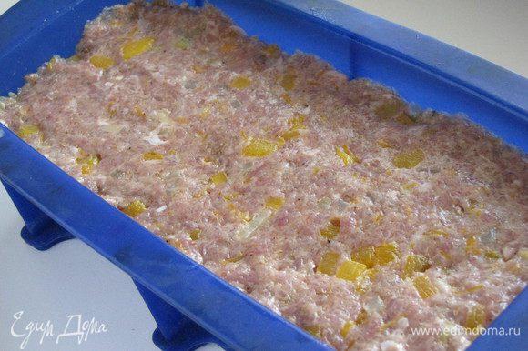Выложите в прямоугольную форму, смазанную сливочным маслом и запекайте в духовке при 180 град. 45-50 минут.