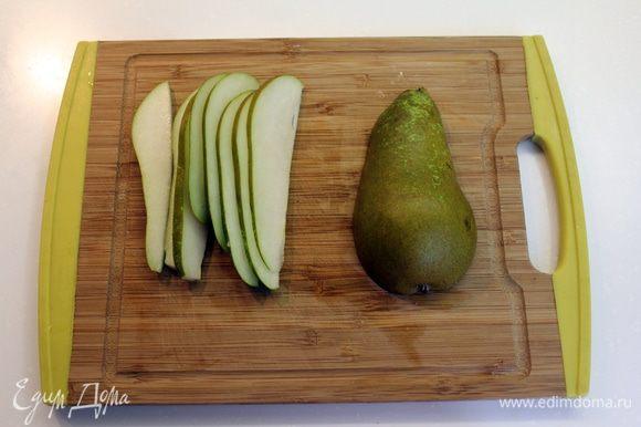 Предварительно нагреть духовку до 180 градусов С. Груши нарезать ломтиками в 1 / 2 см.