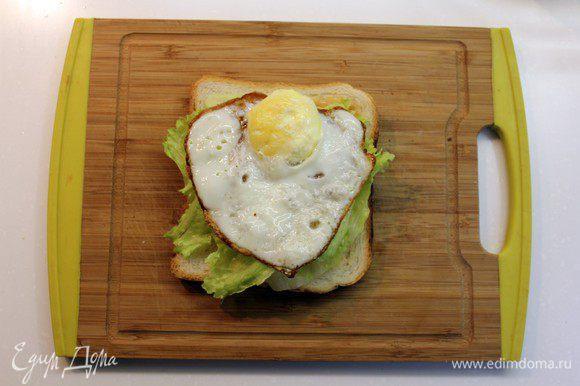 Сверху салата положить яйцо.