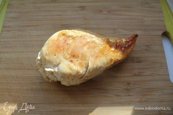 Куриное филе посолить, поперчить, обжарить до готовности (15-20 минут) и дать остыть.