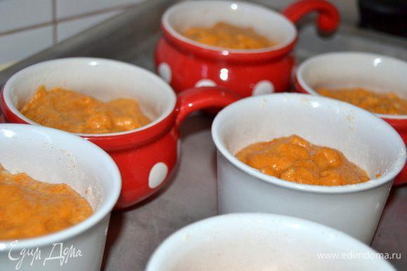 Одну большую или несколько порционных форм смазать маслом и посыпать мукой или молотыми сухарями.Заполнить формочки на 1/3.