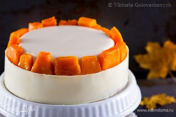Тыкву порезать на крупные куски. Замороженный сабайон покрыть нейтральной глазурью или желе для торта. Это делать не обязательно, просто поверхность торта приобретет глянцевый вид. Аккуратно перенести замороженный и покрытый глазурью сабайон на торт. Вокруг разложить кусочки тыквы и смазать их нейтральной глазурью или растопленным абрикосовым джемом. Бока торта украшаем шоколадной лентой. Для этого растопить шоколад, нанести его на полиэтиленовую лету длинной равной окружности торта. Дать шоколаду немного схватиться, примерно 5 минут и обернуть лентой торт шоколадной стороной к торту. Убрать в холодильник примерно на 15 минут или пока шоколад полностью не застынет. Аккуратно снять полиэтиленовую ленту.