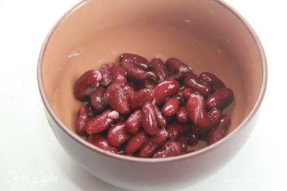 Добавить бобы и рубленую зелень. Поместите на средний огонь на 2-3 минуты, пока бобы не станут горячими.