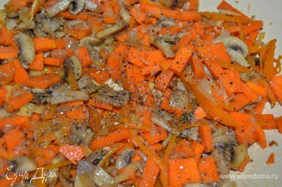 Тыкву нарезать брусочками и добавить к грибам с луком. Посолить, поперчить и добавить немного мускатного ореха. Перемешать.