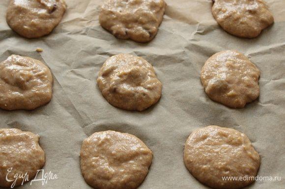 Выложить тесто столовой ложкой на застеленный бумагой для выпечки противень и поставить в духовку. Время выпечки 12-14 минут.
