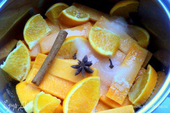 Тыкву почистить и нарезать пластинками толщиной 5-6 мм, апельсин хорошо помыть и порезать дольками вместе со шкуркой, сложить в сотейник. Добавить сахар, палочку корица, бадьян, гвоздику, налить воды. Довести до кипения и варить 5 минут. Затем огонь выключить и оставить тыкву в сиропе на 10 минут. Вынуть тыкву из сиропа.