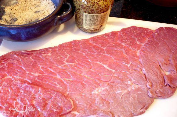Каждый кусочек мяса промоем в проточной воде и аккуратно оботрем бумажным полотенцем. Приготовим достаточно соли, смешанной с перцем, и горчицу для смазывания мяса.